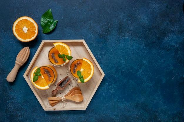 Gesundes lebensmittel-, wohl- und gewichtsverlustkonzept, natürliche organische frische mango und orange smoothie.