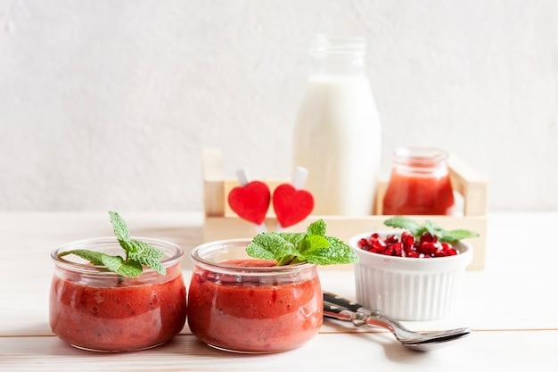 Gesundes lebensmittel, wohl und gewichtsverlustkonzept, natürlicher organischer beere smoothie.
