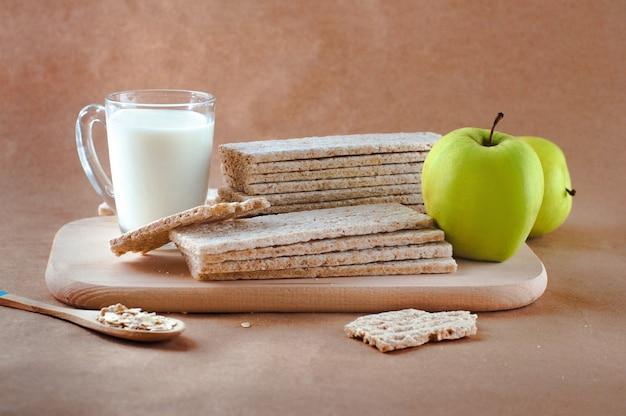 Gesundes lebensmittelkonzept des frühstücks mit knäckebrot