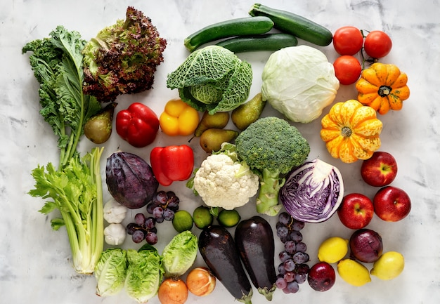 Gesundes lebensmittelkonzept. gemüse und früchte auf hellem hintergrund