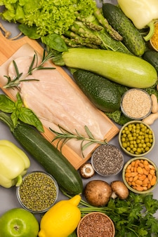 Gesundes lebensmittelkonzept, grünes gemüse, samen nüsse, hühnerfleisch.