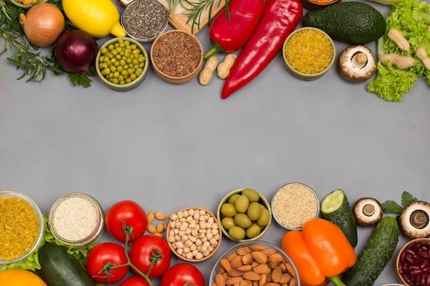 Gesundes lebensmittelkonzept, grünes rotes gemüse, samen nüsse.