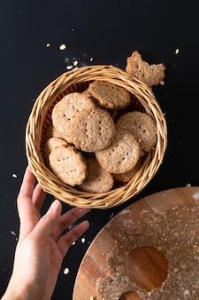 Gesundes lebensmittelkonzept hausgemachte bio-verdauungs-hafer- und weizenkleie-kekse mit kopierraum