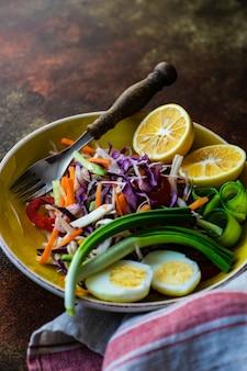 Gesundes lebensmittelkonzept mit bio-gemüse