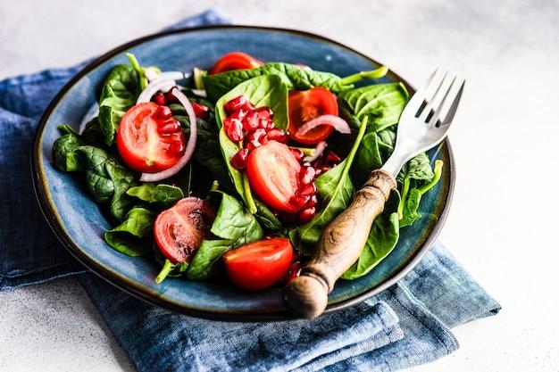 Gesundes lebensmittelkonzept mit frischem bio-spinatblattsalat