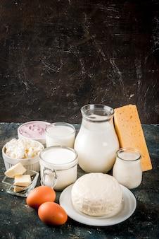 Gesundes lebensmittelkonzept. satz dunkelblauer hintergrund der milchprodukte