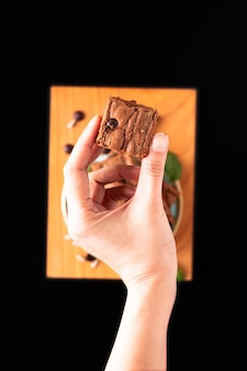 Gesundes lebensmittelkonzept selbst gemachte organische fudgesonnenblumensamen-butterschokoladenkuchen auf schwarzem hintergrund