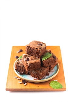 Gesundes lebensmittelkonzept selbst gemachte organische fudgesonnenblumensamen-butterschokoladenkuchen lokalisiert auf weißem hintergrund