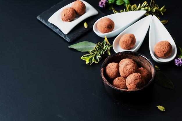 Gesundes lebensmittelkonzept selbst gemachte schokoladentrüffel auf schwarzem