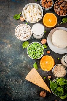Gesundes lebensmittelkonzept. set von lebensmitteln reich an kalzium - milchprodukten und veganen ca-produkten