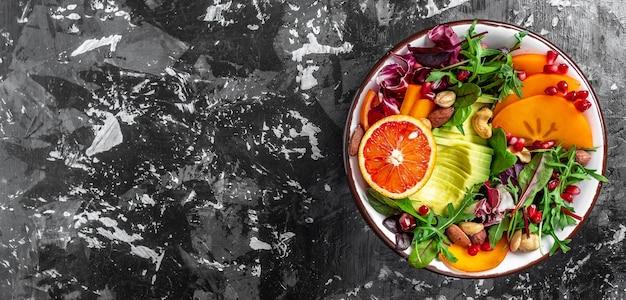 Gesundes lebensmittelkonzept. veganer salat mit gemüse, obst und samen. langes bannerformat, draufsicht.