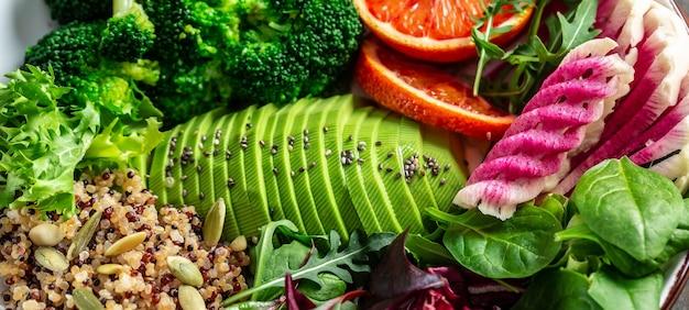 Gesundes lebensmittelkonzept. veganer salat mit obst, gemüse und samen. nahansicht