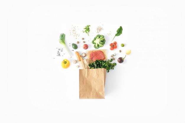 Gesundes lebensmittelweiß der vollen papiertüte hintergrund der gesunden ernährung