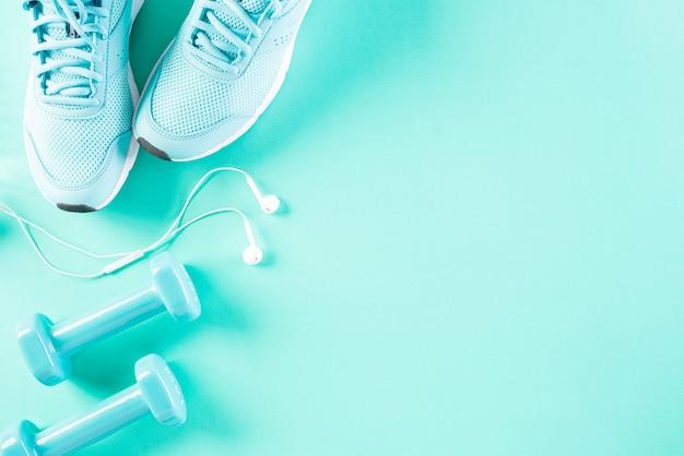 Gesundes lebensstil-, lebensmittel- und sportkonzept auf hellgrünem pastellhintergrund.