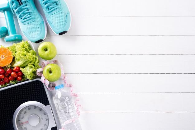 Gesundes lebensstil-, lebensmittel- und sportkonzept auf weißem holz