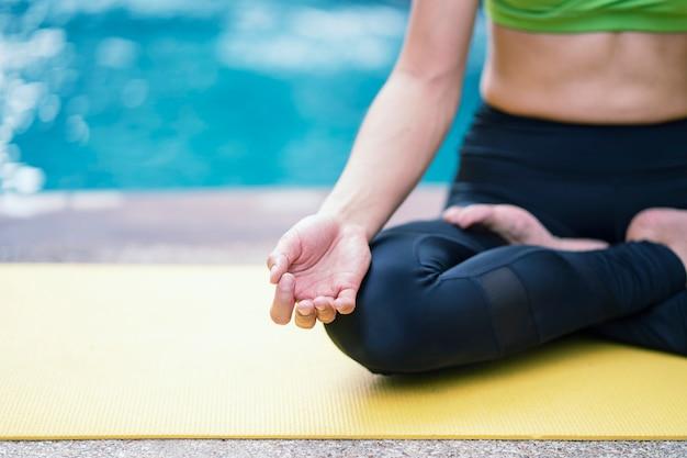 Gesundes lebensstilkonzept. abschluss oben, meditiert die übende yogahaltung der frauenhand
