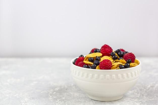 Gesundes leckeres frühstück: schüssel mit cornflakes.