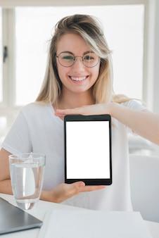 Gesundes mädchen, das tablette zeigt