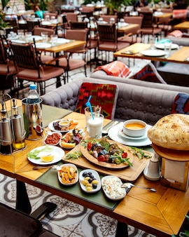 Gesundes mittagessen auf dem tisch eines restaurants