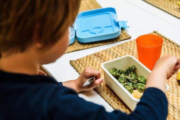 Gesundes mittagessen von kindern in einer schule