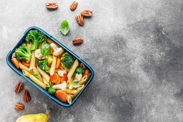 Gesundes mittagessen zum mitnehmen im karton mit gemüse