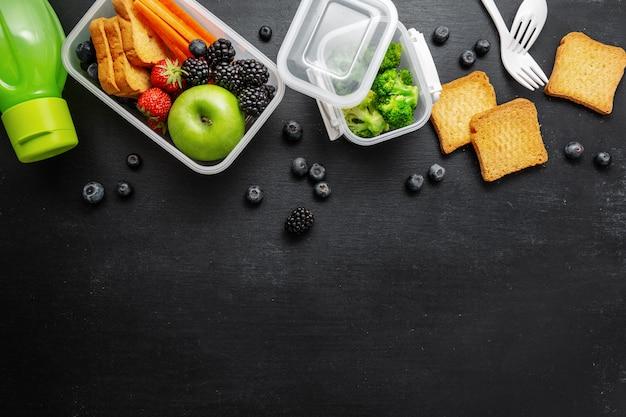 Gesundes mittagessen zum mitnehmen in lunchbox