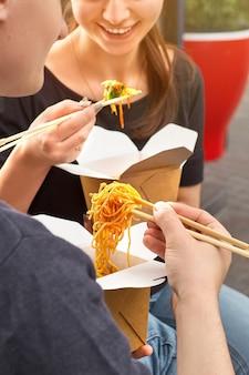 Gesundes mittagsmenü, lieferung von restaurantgerichten. behälter mit lebensmitteln zum mitnehmen, in öko-boxen. speicherplatz kopieren