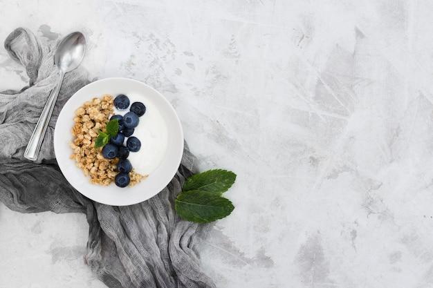 Gesundes morgenessen mit obst und joghurt