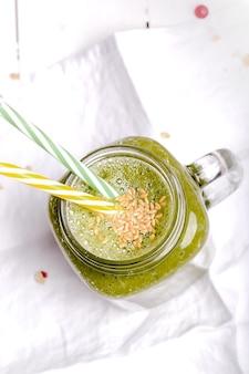 Gesundes morgenfrühstück der grünen smoothies für gesundheit und energie