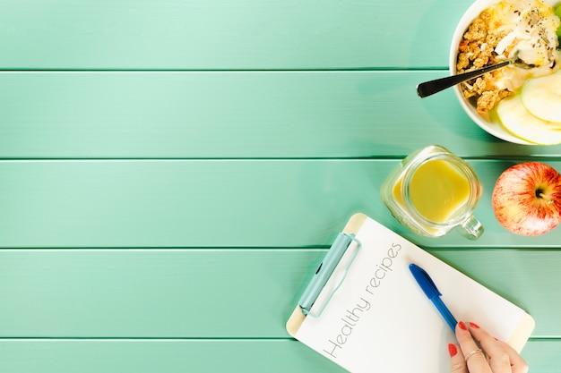 Gesundes nahrungsmittelkonzept mit klemmbrett und copyspace