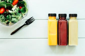 Gesundes Nahrungsmittelkonzept mit Säften und Salat