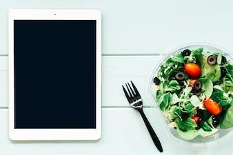 Gesundes Nahrungsmittelkonzept mit Tablette