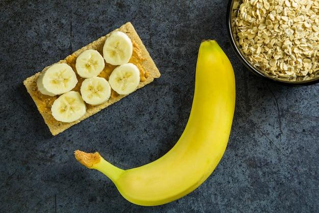 Gesundes nahrungsmittelsandwich mit banane, buchweizenbrei