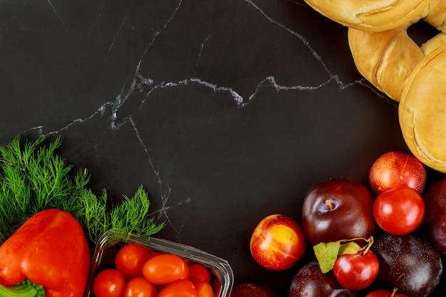 Gesundes obst und gemüse auf schwarzer hintergrunddiät oder ketofutter