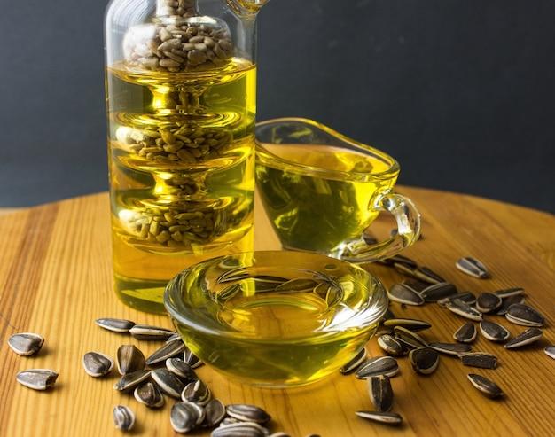 Gesundes öl aus sonnenblumen-, oliven- und rapsöl. speiseöle in der flasche