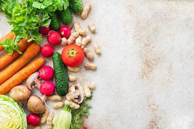 Gesundes pflanzliches essen frisches gemüse ernten neue früchte organisches gesundes essen vegan oder vegetarisch