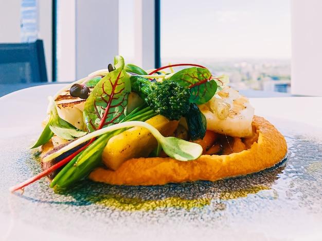 Gesundes rezept bio-lebensmittel und vegetarisches salatmenü im luxusrestaurant warmes gemüse mit käse ...