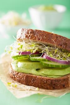 Gesundes roggensandwich mit avocado-gurken-luzerne-sprossen