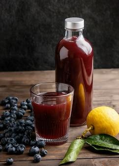 Gesundes rotes getränk in der glasflaschenanordnung