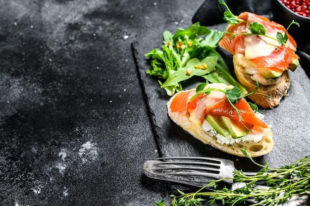 Gesundes sandwich mit avocado und lachs