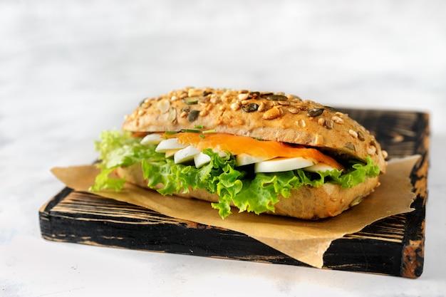 Gesundes sandwich mit lachs, ei und salat