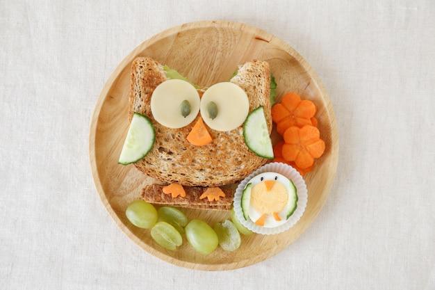 Gesundes sandwichmittagessen der eule, spaßlebensmittelkunst für kinder