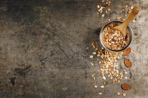 Gesundes selbst gemachtes granola mit nüssen und trockenfrüchten. granola