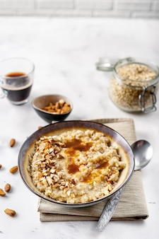 Gesundes selbst gemachtes hafermehl mit nüssen zum frühstück