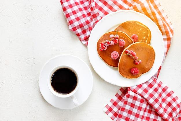 Gesundes sommerfrühstück, hausgemachte klassische amerikanische pfannkuchen mit frischer beere und honig