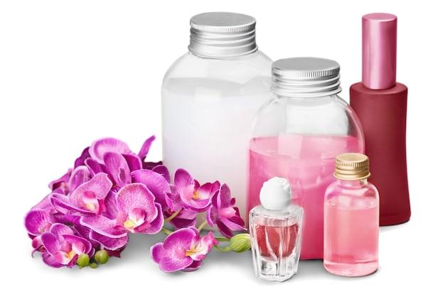 Gesundes spa-konzept mit parfüm- und ölflaschen und blumen