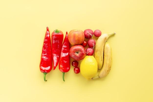 Gesundes und biologisches lebensmittel-flay-konzept auf gelber oberfläche