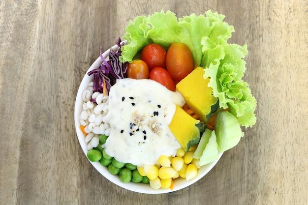 Gesundes und diätlebensmittel, frischgemüsesalat mit thunfischcremesalat auf hölzernem tabelle tergru