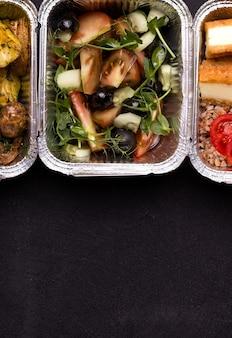 Gesundes und leckeres lebensmittellieferkonzept. frischer salat.