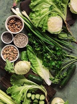 Gesundes veganes essen mit gemüse, nüssen, samen und getreide draufsicht